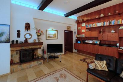 Kamin und Lichtband im Wohnzimmer